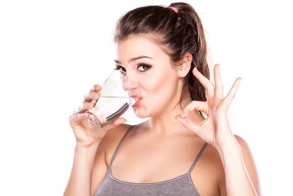 tomar-agua-obesidad-fitnatura